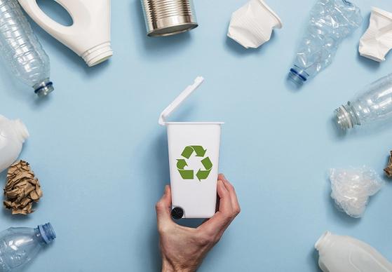 25일부터 바뀐 자원재활용법에 따라 유색 페트병과 PVC 비닐 등을 슈퍼 마켓에서 보기 어려워질 전망이다. [사진 핀터레스트]