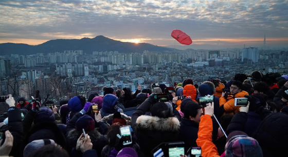 서울시 동대문구 배봉산에서 시민들이 해맞이를 하는 모습. [사진 서울시]