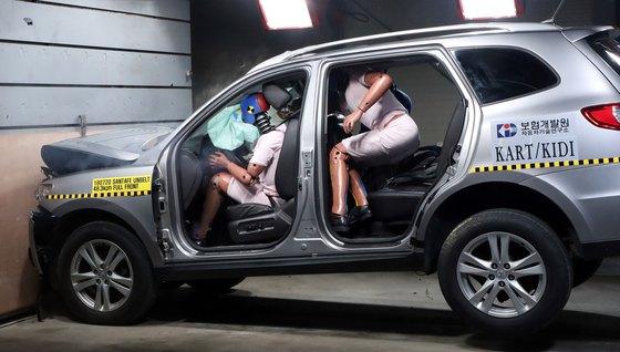 보험개발원의 자동차 충돌 시험 장면. [뉴스1]