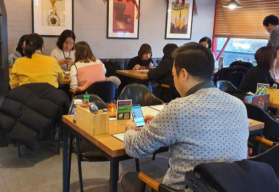 경기도 성남시 분당구 소재 식당 레니엡에서 점심시간에 손님들이 식사를 하고 있다. 네이버의 비대면 주문결제 서비스 테이블 주문을 도입한 이 식당에선 네이버 앱으로 QR코드를 스캔한 뒤 메뉴 주문 및 결제가 가능하다. 박민제 기자