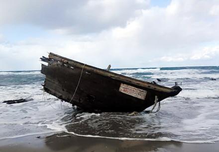 일본 니가타현 서쪽 사도섬에 떠밀려온 목선의 뱃머리 부분에서 28일 북한인으로 추정되는 시신 7구가 나왔다.  [연합뉴스]