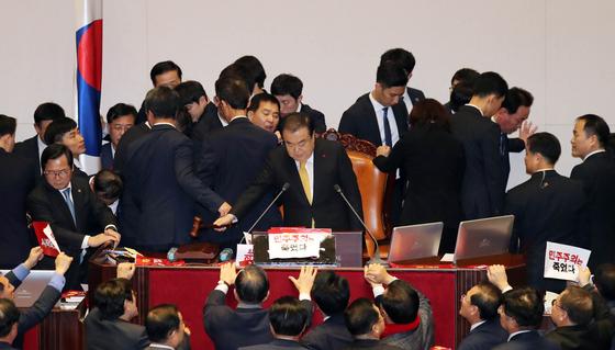 공직선거법 개정안이 지난 27일 국회 본회의에서 통과됐다. 이에 따라 선거연령이 현행 만19세에서 만 18세로 낮아졌다. 김경록 기자