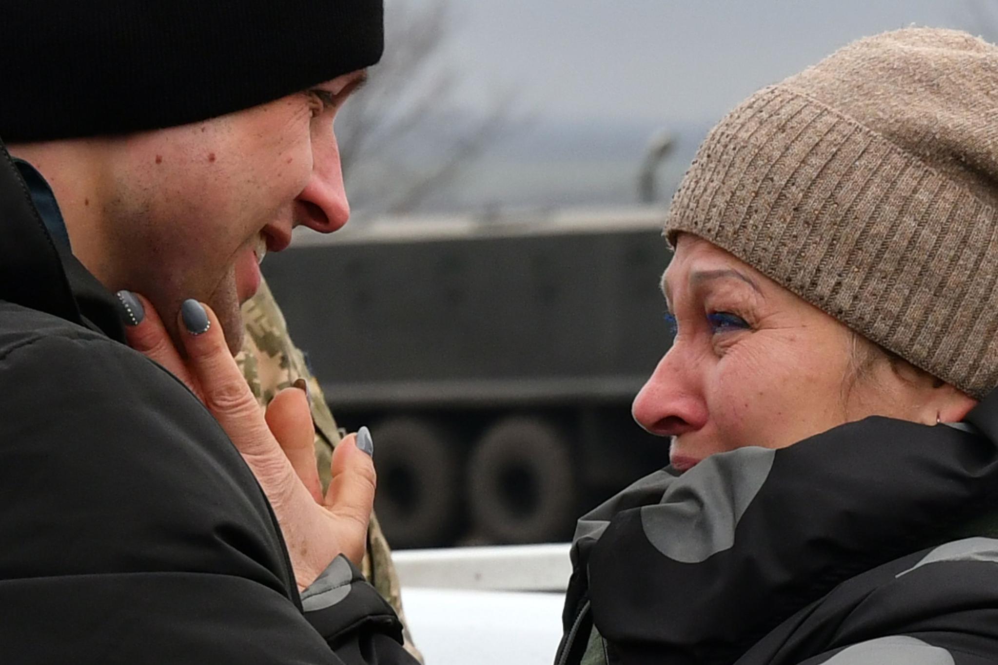 우크라이나인 류드밀라(오른쪽)가 29일(현지시간) 마요르스크 검문소에서 열린 우크라이나와 분리 반군간의 포로교환에서 이날 무사히 풀려난 아들 이반 카티셰프를 보자마자 눈물을 흘리고 있다. [AFP=연합뉴스]