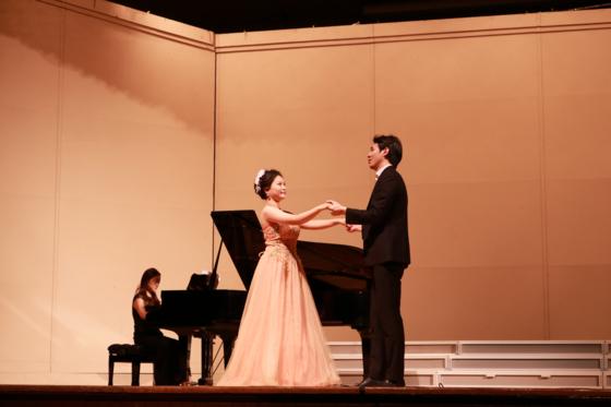 학생들이 오페라 연기를 선보이고 있다.