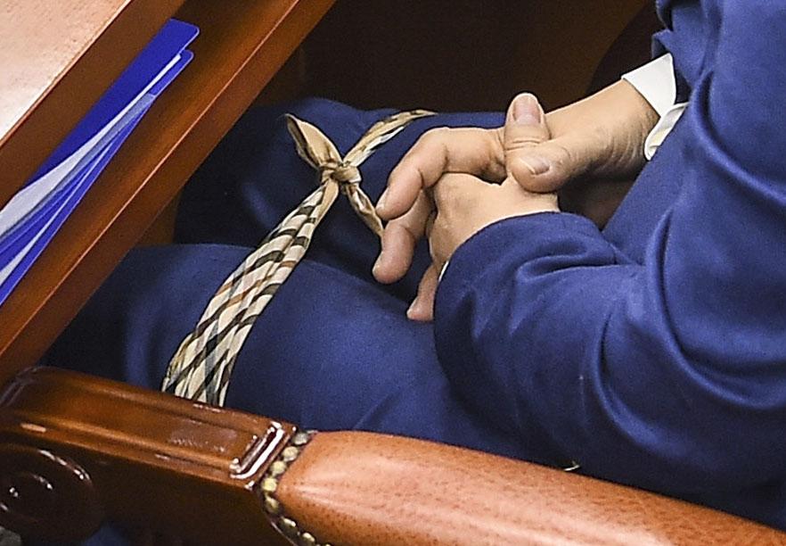 추미애 법무부 장관 후보자가 30일 오전 국회에서 열린 인사청문회에서 손수건으로 다리를 묶고 자리에 앉아 있다. 김경록 기자