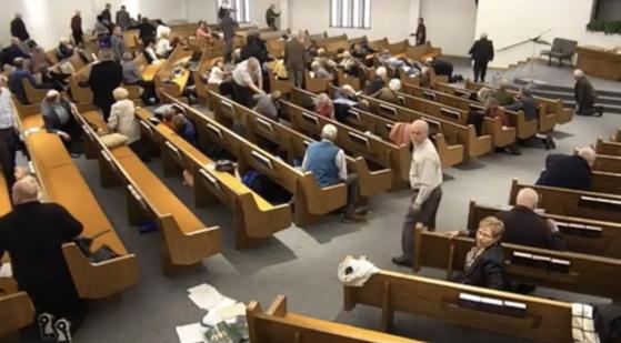총격범이 더 이상 움직이지 않자 교회 신도들이 일어나 건물 밖으로 대피하고 있다. [유튜브 캡처]