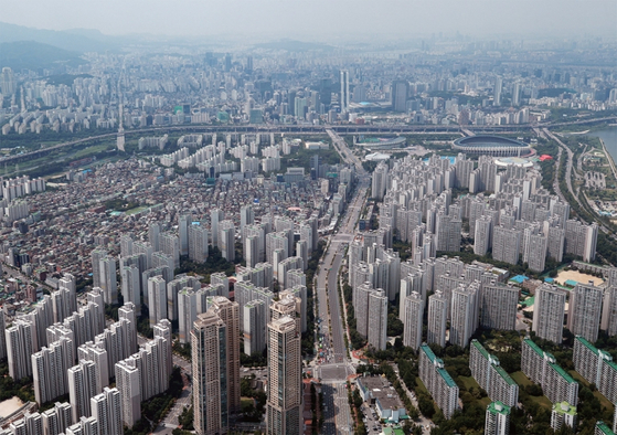 문재인 정부 30개월 중 26개월 동안 집값이 올랐다. 사진은 서울 송파구 잠실 일대의 아파트 밀집 지역. / 사진:연합뉴스