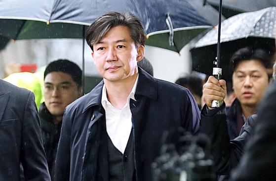'감찰 무마' 의혹을 받고 있는 조국 전 법무부 장관이 서울동부지방법원에서 구속영장심사를 받기 위해 출석하고 있다. [뉴스1]