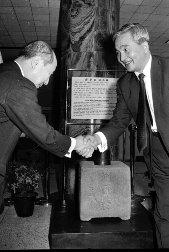 1971년 일본 기상청과 한국 과학기술처의 측우기 인수식. 오른쪽이 양인기 제 3대 기상청장, 왼쪽이 다까하시일본 기상청장관이다. [중앙포토]