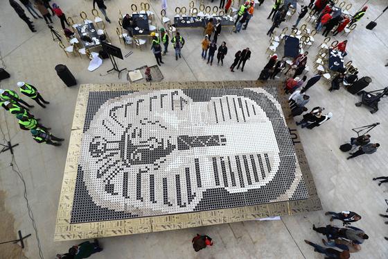 커피 컵으로 만든 투탕카멘 황금가면이 완성된 뒤 기네스 관계자들이 확인 작업을 하고 있다. [신화=연합뉴스]