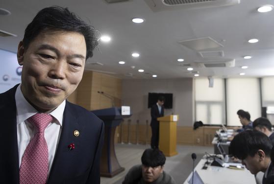 김오수 법무부장관 직무대행이 30일 오전 정부서울청사에서 2020년 신년 특별사면 대상자를 발표 후 브리핑룸을 나서고 있다. [연합뉴스]
