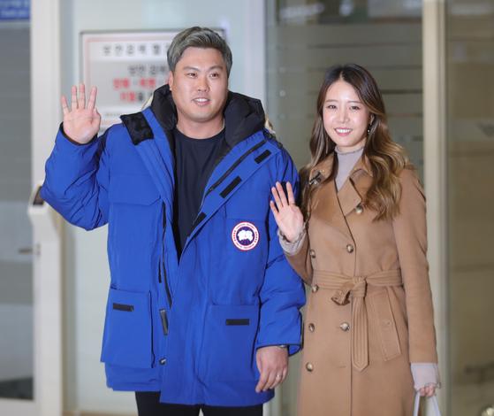 토론토와 계약을 마치고 30일 인천공항을 통해 돌아온 류현진과 아내 배지현씨. [연합뉴스]