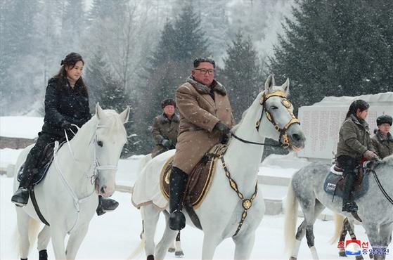 김정은 북한 국무위원장이 군 간부들과 함께 군마를 타고 백두산을 등정했다고 조선중앙통신이 4일 보도했다. [사진=조선중앙통신=연합뉴스]
