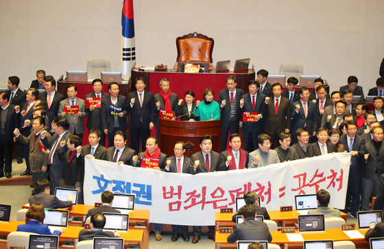 자유한국당 의원들이 30일 서울 여의도 국회에서 열린 제374회 국회(임시회) 제1차 본회의에 앞서 단상에 모여 문희상 국회의장 사퇴를 외치고 있다. [뉴시스]
