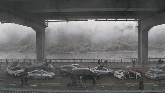 영화 '백두산'에서 백두산 화산 폭발 여파로 일어난 한강 해일이 잠수교를 덮치는 장면이다. [사진 CJ엔터테인먼트·덱스터스튜디오]