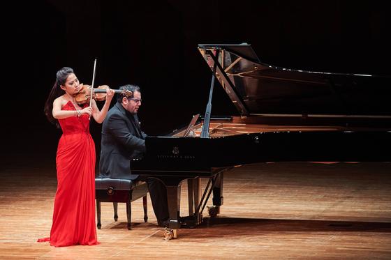 바이올리니스트 사라 장이 29일 서울 예술의전당에서 피아니스트 훌리오 엘리잘데와 공연했다. 7년 만의 내한 독주였다. [사진 크레디아]