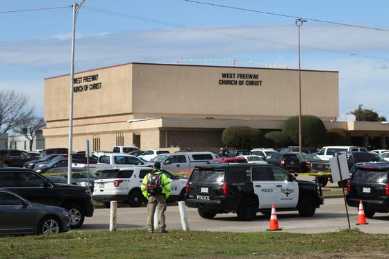 총격 사건이 일어난 텍사스 화이트 세틀먼트 웨스트 프리웨이 교회 앞에 경찰들이 출동해 있다. [AP=연합뉴스]