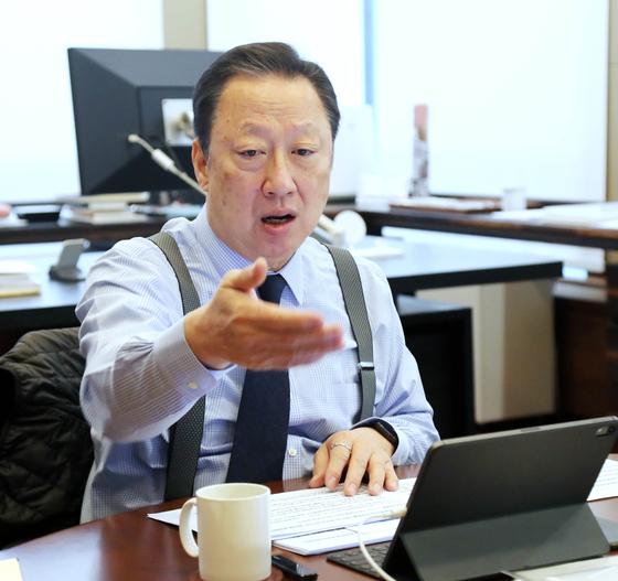"""박용만 대한상의 회장이 지난 26일 신년 인터뷰에서 질문에 답하고 있다. 박 회장은 '투자는 기회의 산물""""이라며 '새로운 기회가 창출되면 민간 투자로 이어질 것""""이라고 말했다. [사진 대한상의]"""