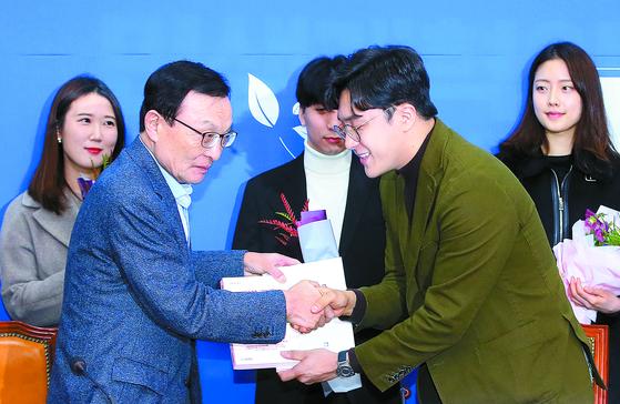 민주당 영입 2호
