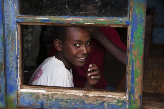 에티오피아 시골, 컴패션 어린이센터 수업 중에 눈이 마주친 아이의 쑥스러운 듯 환한 웃음.