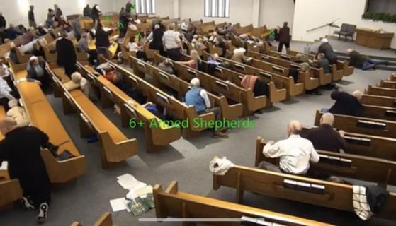 총격범이 쓰러진 후 교회 곳곳에 있던 6명 이상의 총기를 든 신도들이 용의자의 상태를 살펴보기 위해 이동하고 있다. [유튜브 캡처]