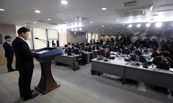 김오수 법무부 차관이 30일 오전 서울 세종대로 정부서울청사에서 2020년 신년 특별사면 관련 발표를 하고 있다. 뉴스1
