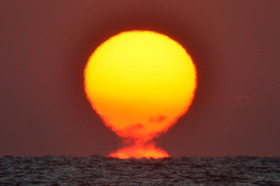 31일 경북 포항시 남구 호미곶에서 떠오르는 2019년 마지막 해. 신년 1월 1일 해는 동해안에서는 또렷하게 보이지만 중부지방에서는 흐린 하늘로 인해 볼 수 없을 것으로 보인다.[뉴스1]