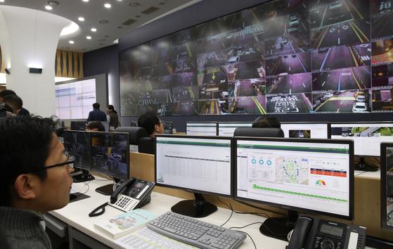 '미세먼지 시즌제' 도입으로 5등급 차량의 서울시내 운행 제한이 시행된 지난 1일 서울교통정보센터 상황실에서 직원들이 CCTV를 통해 위반 차량을 살펴보고 있다. 우상조 기자