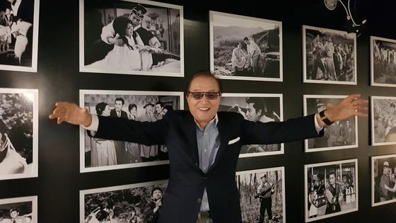 원로배우 신영균이 1999년 제주에 국내 처음으로 세운 영화박물관에서 환하게 웃고 있다. 그의 뒤로 역대 출연작 사진이 보인다. 김경희 기자