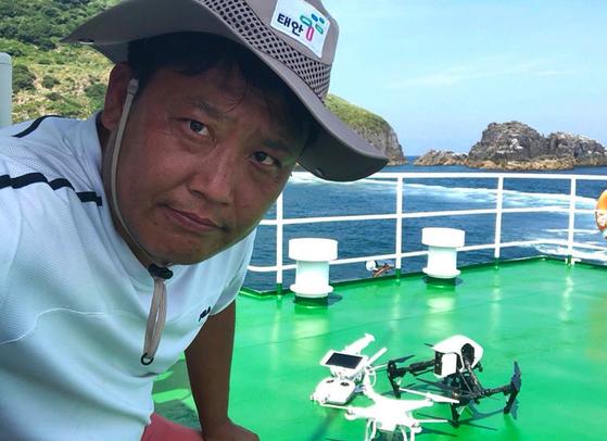 '드론 공무원'으로 유명한 지현규 태안군청 주무관이 촬영에 나가기 앞서 배 위에서 '드로니(드론 애칭)'와 포즈를 취했다. [태안군청]