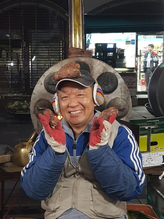 군고구마 통 앞에서 조수현씨가 환하게 웃고 있다. [사진 독자]