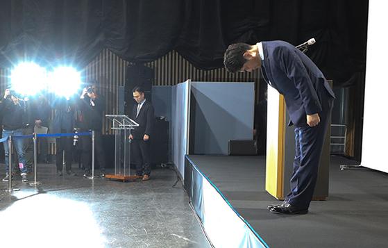 허민회 CJ ENM 대표가 30일 긴급 기자회견을 열고 Mnet '프로듀스x101' 등 오디션 프로그램의 투표 순위 조작과 관련, 고개숙여 사과하고 있다. [뉴시스]