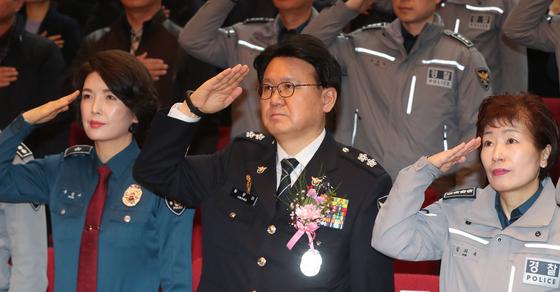 황운하 대전지방경찰청장(가운데)이 31일 열린 이임식에서 거수경례를 하고 있다. 황 청장은 이날 오후 충남 아산의 경찰인재개발원장으로 자리를 옮겼다. [뉴스1]