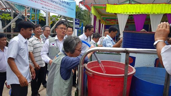 굿피플은 지난 7월 23일 베트남 남부 벤째성 떤빈 마을에서 정수시설을 만들고 기증식을 열었다. 이전까지 주민 대부분은 빗물을 모으거나 강물을 떠와 생활용수로 사용했다. [사진 굿피플]