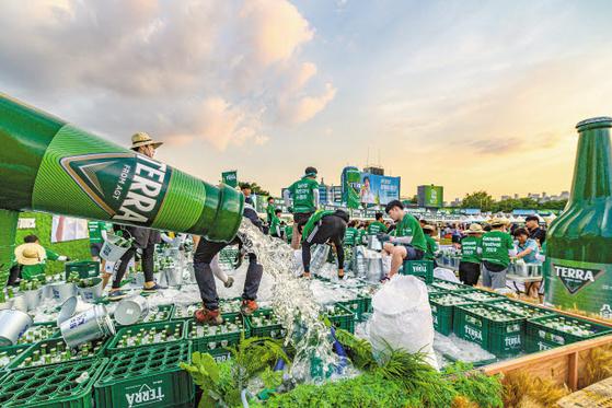 하이트진로는 테라의 시장 안착을 위해 소비자 접점의 적극적 마케팅을 펼쳤다. 사진은 지난 8월 열린 2019 전주가맥축제 모습. [사진 하이트진로]