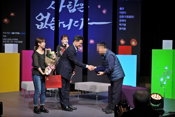 지난 3일 YTN라디오가 진행한 고(故) 임세원 교수 추모 콘서트에서 김호성 YTN라디오 상무가 임 교수 부친(오른쪽)에 의사자패를 전달하고 있다. [사진 YTN라디오 제공]