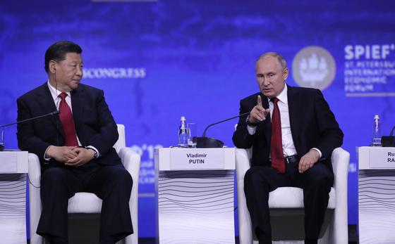 블라디미르 푸틴 러시아 대통령(오른쪽)과 시진핑 중국 국가주석이 지난 6월 러시아 제2도시 상트페테르부르크에서 열린 국제경제포럼 총회에 참석하고 있다. [EPA=연합뉴스]
