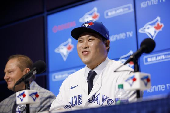지난 28일 토론토 블루제이스의 홈 구장 로저스 센터에서 열린 입단 기자회견에서 류현진이 소감을 밝히고 있다. 연합뉴스 제공
