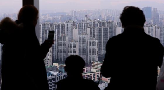 서울 잠실 일대 아파트. 연말 정부의 초강도 규제 등으로 새해 주택시장 불확실성이 짙다.