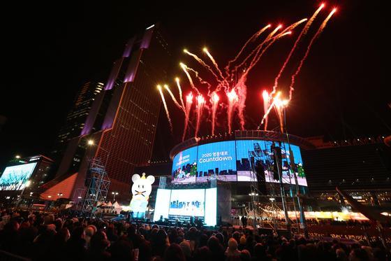 현대자동차 '2020 영동대로 카운트다운'행사가 서울 강남구 코엑스 일대에서 열렸다. 2020년을 3시간 앞둔 오후 9시 본격적인 행사를 알리는 폭죽이 터지고 있다. 김성룡 기자