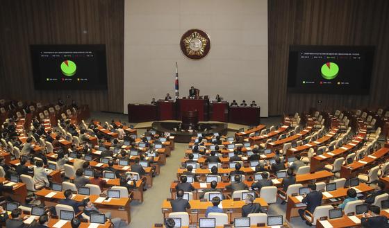 공수처 설치법안 수정안이 30일 오후 열린 국회 본회의장에서 자유한국당 의원들이 퇴장한 가운데 통과되고 있다. 김경록 기자 / 20191230