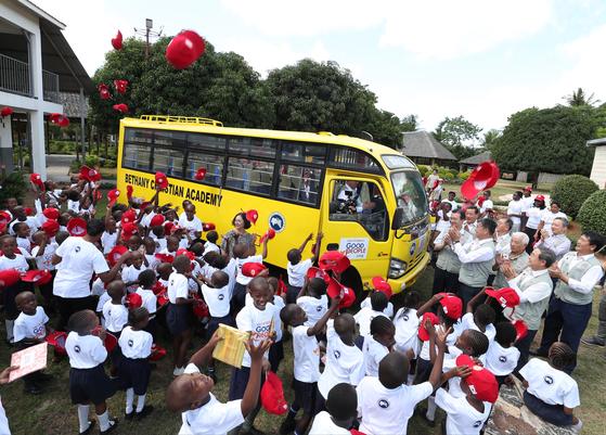 굿피플은 지난 7월 3일 케냐 몸바사의 베다니학교 학생들이 안전하게 통학할 수 있도록 스쿨버스를 기증했다. [사진 굿피플]