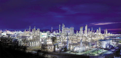 GS는 에너지·유통·건설 등 기존 사업의 경쟁력 강화와 함께 M&A 등을 통해 새로운 사업 진출을 모색하고 있다. GS칼텍스 여수공장 전경. [사진 GS그룹]