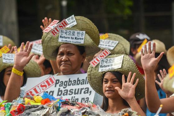 지난해 11월 필리핀 140여 개 환경운동단체 에코웨이스트연합(EcoWaste Coalition) 소속 환경운동가들이 '한국산 플라스틱 쓰레기'의 조속한 반송을 촉구하는 시위를 벌이고 있다. [사진 그린피스]