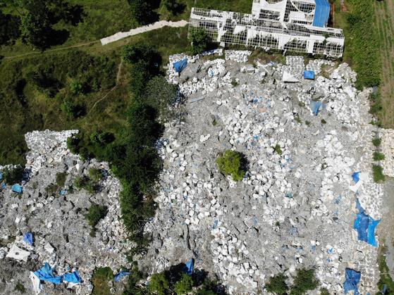 필리핀 민다나오섬에 한국에서 불법 수출된 플라스틱 쓰레기가 방치돼 있다. 필리핀 민다나오=천권필 기자