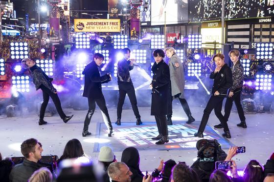 지난달 31일 미국 뉴욕 타임스 스퀘어에서 진행된 2020 새해맞이 생방송 프로그램에서 방탄소년단(BTS)이 공연을 하고 있다. [AP=연합뉴스]〉
