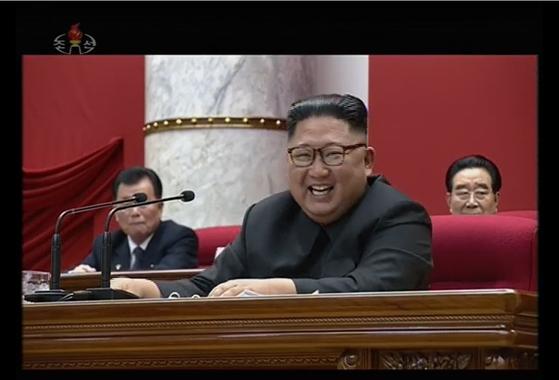 김정은 북한 국무위원장이 지난달 31일 노동당 중앙위원회 본부청사에서 제7기 5차 전원회의를 지도했다고 1일 노동당 기관지 노동신문이 보도했다. 사진은 전원회의에 참석한 김 위원장의 모습을 조선중앙TV 가 방영한 것이다. [뉴스1]