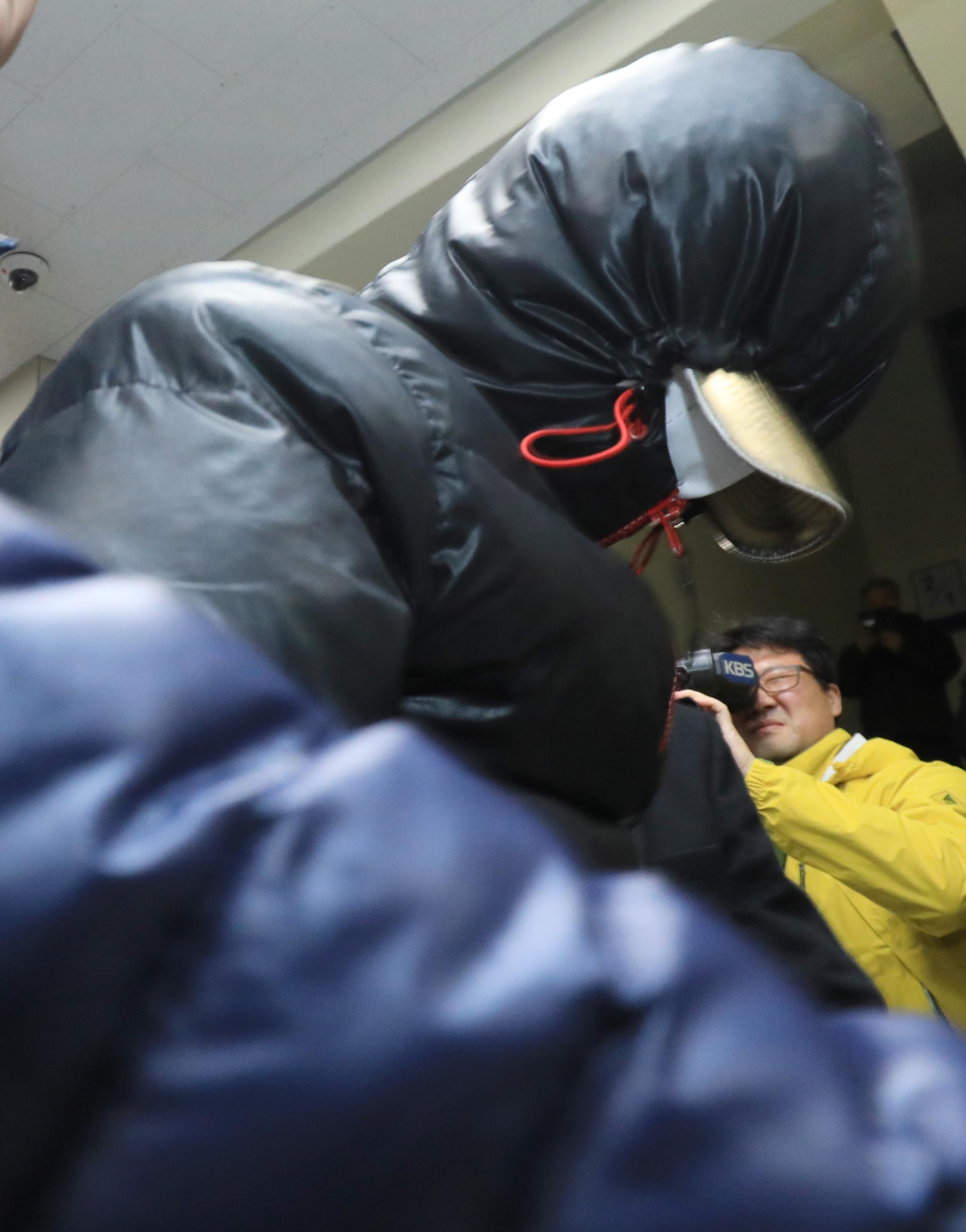 30일 오후 7시쯤 전북 전주시 완산경찰서에 '얼굴 없는 천사'의 성금을 훔쳐 달아난 혐의(특수절도)로 긴급체포된 30대 용의자가 청사에 들어서고 있다. [뉴스1]