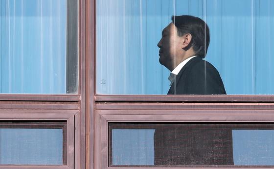 윤석열 검찰총장이 31일 오후 서울 서초구 대검찰청에서 점심식사를 하기 위해 구내식당으로 이동하고 있다. [뉴스1]