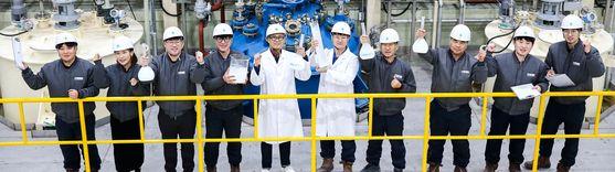 지난해 12월 30일 전북 군산 태경SBC 공장에서 직원들이 자체 생산한 자외선 차단제의 핵심 원료인 나노이산화티타늄을 들어보이며 2020년의 희망찬 파이팅을 외치고 있다. 프리랜서 장정필